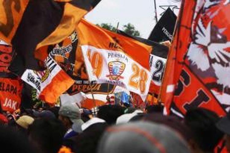 Para penggemar Persija yang dikenal dengan The Jakmania berunjuk rasa di depan Istana Merdeka, Jakarta, Selasa (5/5/2015). Mereka mendesak Presiden Jokowi untuk melanjutkan kompetisi QNB League musim ini.