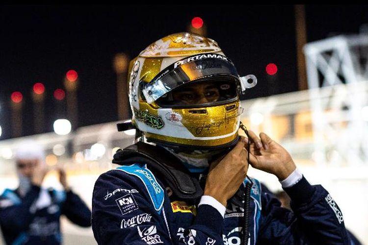 Pebalap Indonesia milik tim DAMS, Sean Gelael, saat mengikuti feature race F2 GP Sakhir yang berlangsung di Sirkuit Internasional Bahrain, Sabtu (5/12/2020).