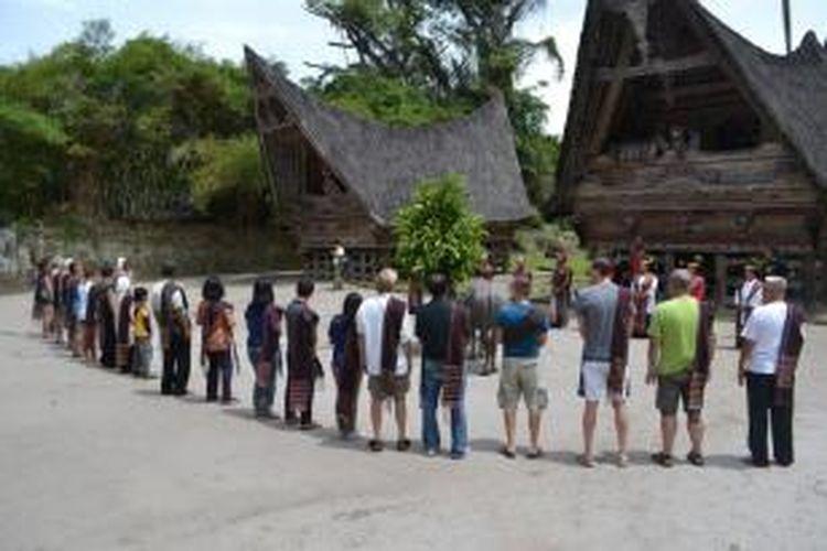 Pengunjung Menari Tor-Tor di Museum Hutabolon Simanindo, Kabupaten Samosir, Sumatera Utara