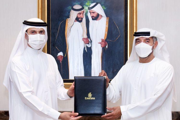 Yang Mulia Sheikh Ahmed bin Saeed Al Maktoum, Ketua dan Kepala Eksekutif Emirates dan Yang Mulia Awadh Al Ketbi, Direktur Jenderal Otoritas Kesehatan Dubai saat menandatangani MoU untuk verifikasi digital cerdas rekam jejak medis Covid-19