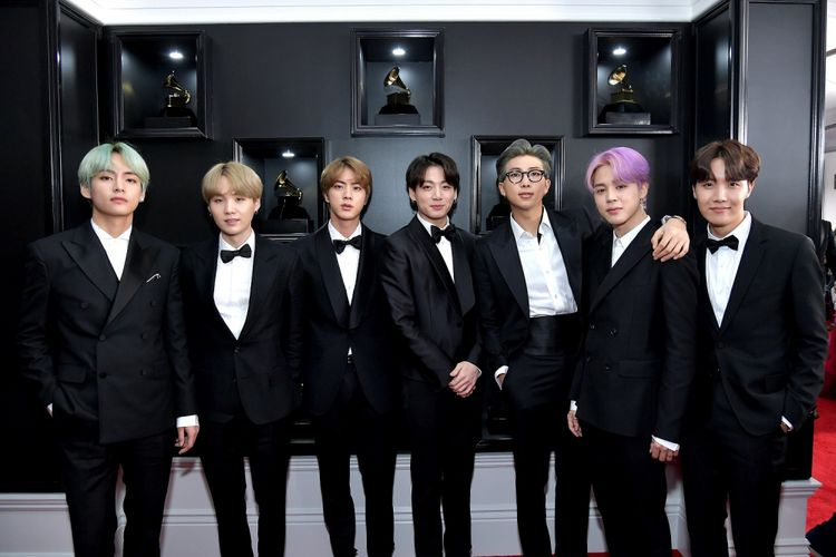 Boyband asal Korea Selatan BTS menghadiri Grammy Awards 2019 yang digelar di Staples Center, Los Angeles, California, Minggu (10/2/2019).