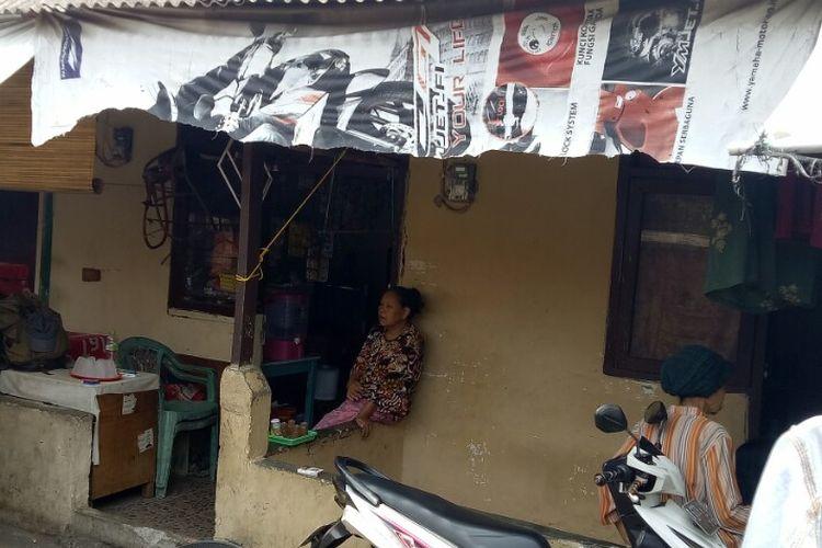 Tempat tinggal H, wanita 16 tahun yang menjadi korban pemerkosaan ayah tirinya. Korban tinggal bersama neneknya,  Nurhayati di kawasan Ciputat, Tangerang, Selatan.