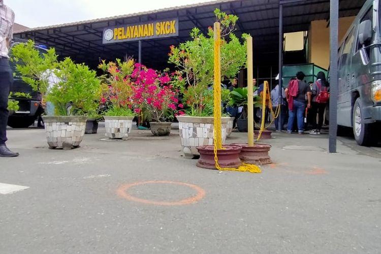 Titik oranye terlihat di halaman Mako Polrestabes Medan pada Kamis pagi tadi (14/11/2019). Lingkaran oranye itu diduga sebagai penanda setelah terjadi ledakan keras pada Rabu pagi tadi (14/11/2019).