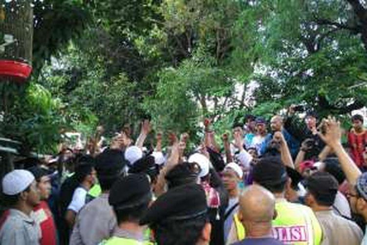 Sekelompok warga menghadang kedatangan Djarot Saiful Hidayat di Kelurahan Cipinang, Pulogadung, Jakarta Timur, Rabu (16/11/2016).