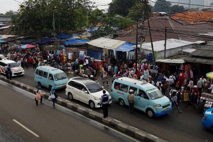 Pedagang kaki lima (PKL) di seberang Stasiun Tanah Abang kembali kuasai trotoar dan badan jalan, Jumat (1/72016).