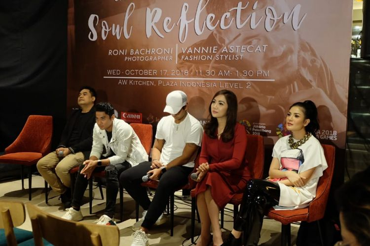 Dr Gaby Syerly bersama Nindy Ayunda menghadiri jumpa pers paeran foto Soul Reflection di Plaza Indonesia, Jakarta Pusat, Rabu (17/10/2018).