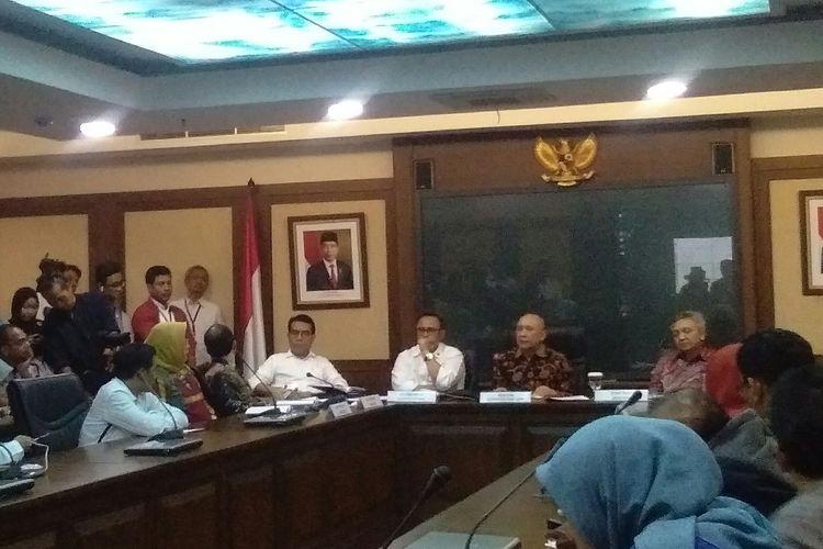 Menteri Koperasi dan UKM, Teten Masduki memberikan keterangan pers mengenai gebrakan UMKM selama masa jabatannya di Kantor Kemenkop UKM, Jakarta, Selasa (5/11/2019).