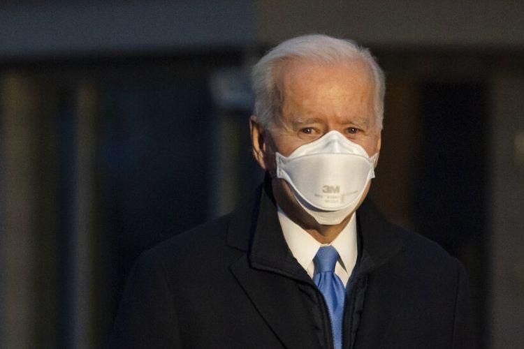 Presiden Joe Biden berhenti untuk berbicara dengan wartawan saat dia berjalan ke Marine One untuk berangkat dari South Lawn Gedung Putih ke Camp David, Jumat (12/2/2021)