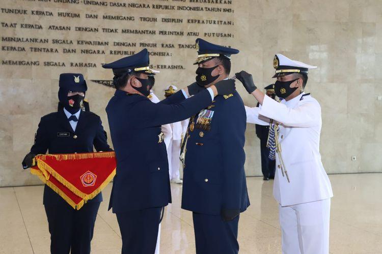 Panglima TNI Marsekal TNI Hadi Tjahjanto menyematkan Tanda Kehormatan Bintang Angkatan Kelas Utama kepada Kepala Staf Angkatan Laut(KSAL) Laksamana TNI Yudo Margono dan Kepala Staf Angkatan Udara (KSAU) Marsekal TNI Fadjar Prasetyo.