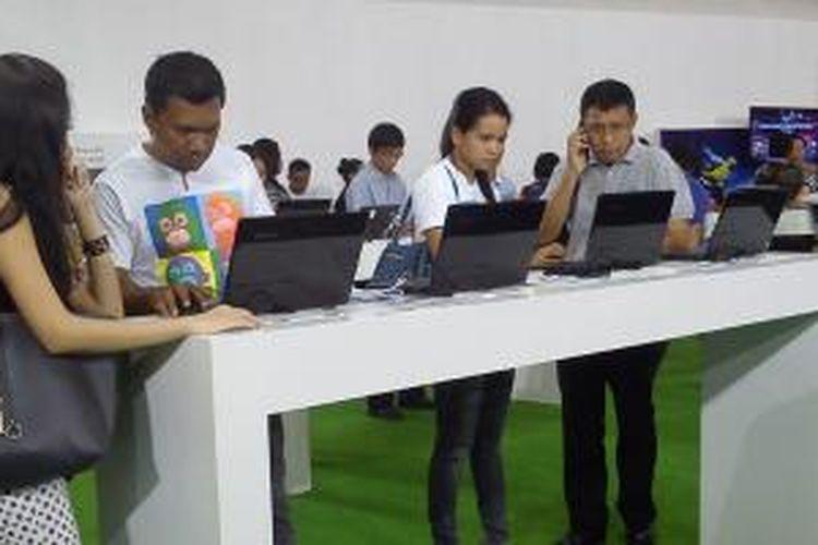 Pengunjung Garuda Indonesia Holidays (GIH) Travel Fair di Main Atrium Level 1, Grand Indonesia, Kamis (26/9/2013). GIH Travel Fair berlangsung mulai tanggal 26 sampai 29 September 2013.