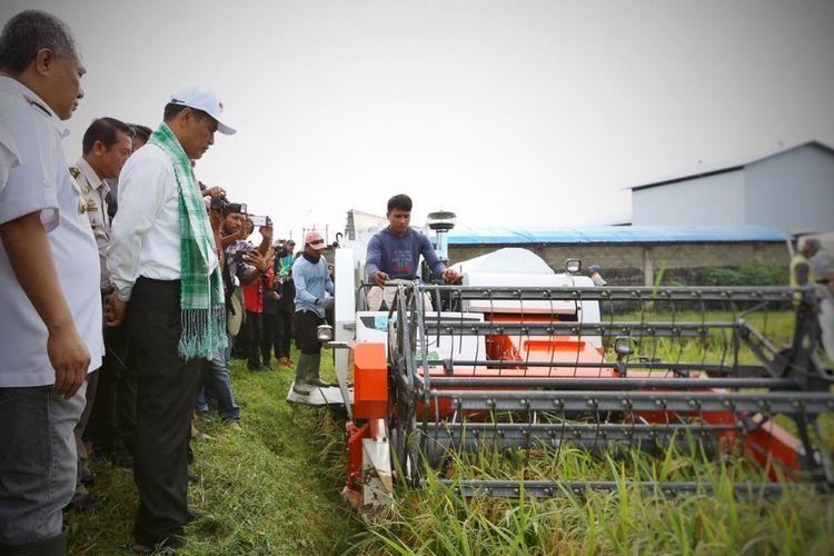 Menteri Pertanian Andi Amran Sulaiman saat melihat panen raya di Kabupaten Konawe, Sulawesi Tenggara