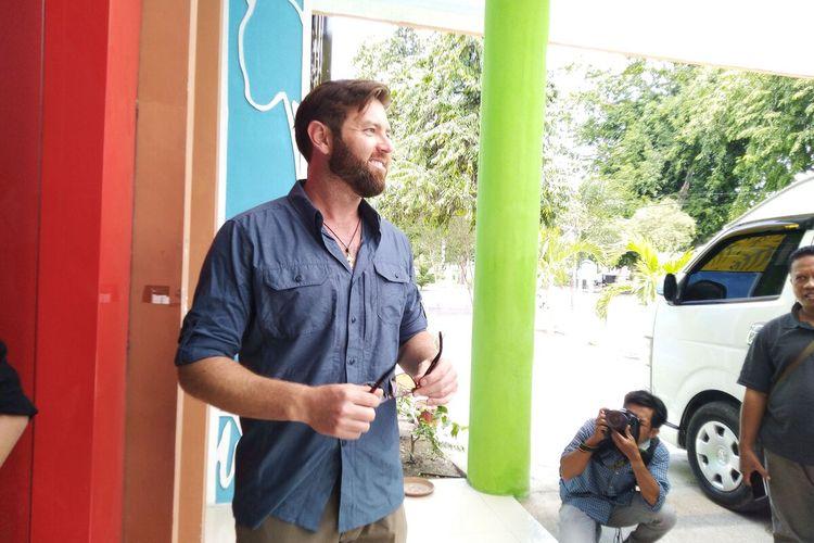 Foresst Galante dan tim Discovery Channel siap lakukan upaya melepaskan ban di leher buaya Sungai Palu, Selasa (10/3/2020).
