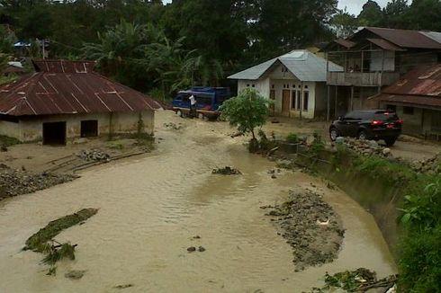 Air Bah Wai Ela Seret Sejumlah Gedung Sekolah ke Laut