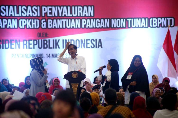 Presiden Joko Widodo tertawa terbahak-bahak saat berbincang dengan penerima PKH di Kota Pangkalpinang, Bangka Belitung, Kamis (14/3/2019).