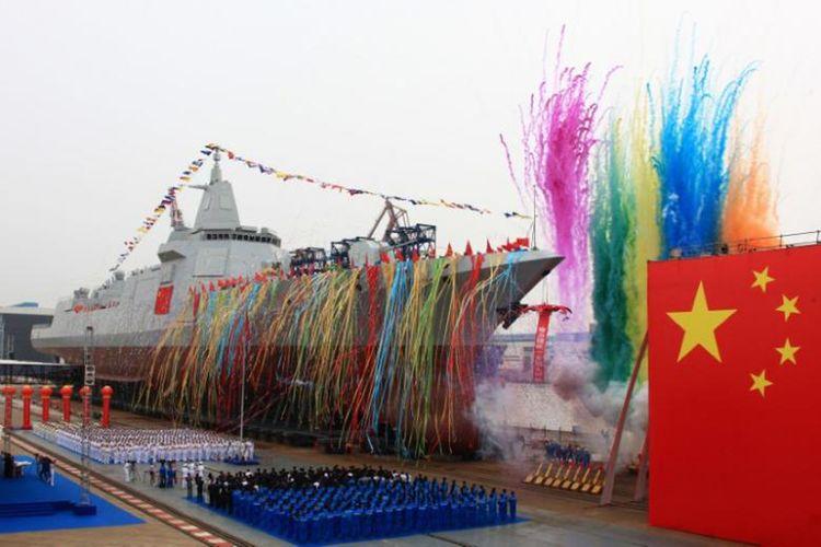 Jenis kapal perusak baru buatan China, berbobort 10.000 ton, diluncurkan dalam sebuah upacara di Pelabuhan Jiangnan di Shanghai, Rabu (28/6/2017).