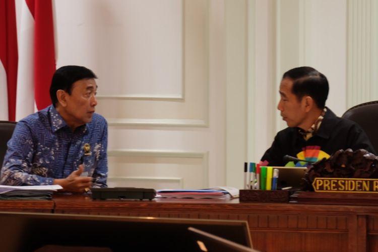 Presiden Joko Widodo kembali mengenakan jaket Asian Games 2018 saat memimpin rapat terbatas di Kantor Presiden, Kompleks Istana Kepresidenan, Jakarta, Jumat (4/5/2018).