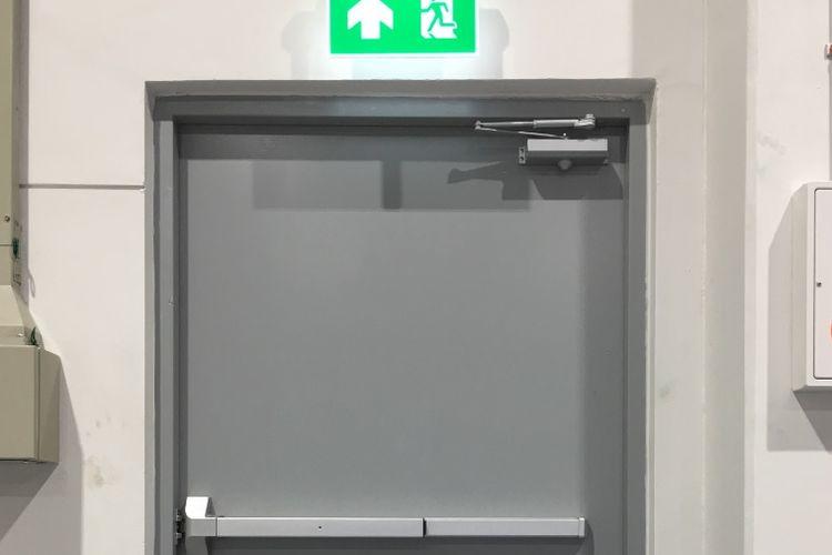 Dalam Peraturan Menteri PUPR Nomor: 26/PRT/M/2008 menjelaskan bahwa pintu darurat harus didesain mampu berayun dari posisi manapun hingga mencapai posisi terbuka.