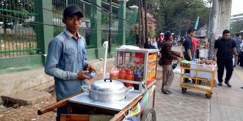 Asep, pedagang Cilok yang raih keuntungan dari aksi unjuk rasa di Palmerah, Jakarta, sepekan belakangan ini