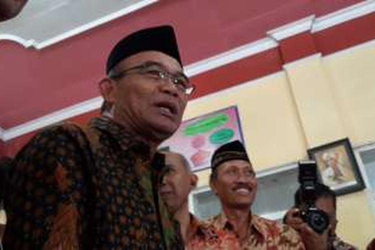 Menteri Pendidikan dan Kebudayaan Muhadjir Effendy saat berkunjung ke SDN Mangliawan I, Kecamatan Pakis, Kabupaten Malang, Jawa Timur, Jumat (2/9/2016)