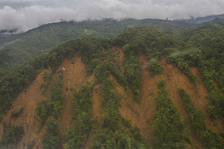 Foto udara kondisi hutan Pegunungan Meratus yang longsor di Kabupaten Hulu Sungai Tengah, Kalimantan Selatan. Hujan tiada henti pada Selasa (12/1/2021) berujung petaka dengan meluapnya sungai hampir di seluruh wilayah Kalimantan Selatan, sedikitnya 11 kabupaten/kota porak poranda diterjang banjir termasuk Kota Banjarmasin.