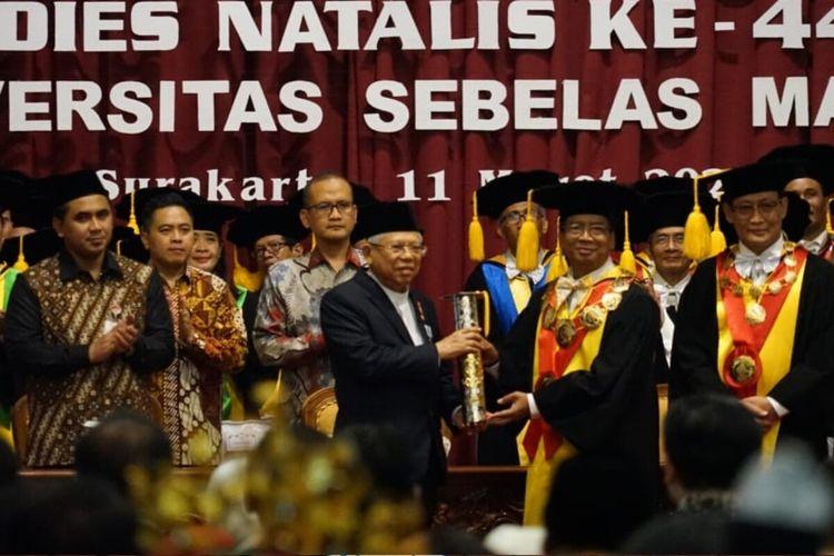 Wapres Maruf Amin menerima penghargaan Parasamya Anugraha Dharma Krida Upa Baksana karena jasanya dalam bidang ekonomi syariah di Universitas Sebelas Maret (UNS) Solo, Jawa Tengah, Rabu (11/3/2020).