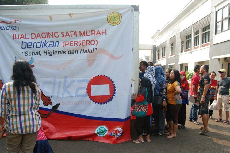 Warga Bogor mengantre membeli daging sapi yang dibanderol Rp 75.000 per kilogram, dalam kegiatan bazar sembako murah yang berlangsung selama tiga hari, di Kantor Balitbang Pertanian, Kota Bogor, Rabu (17/5/2017).
