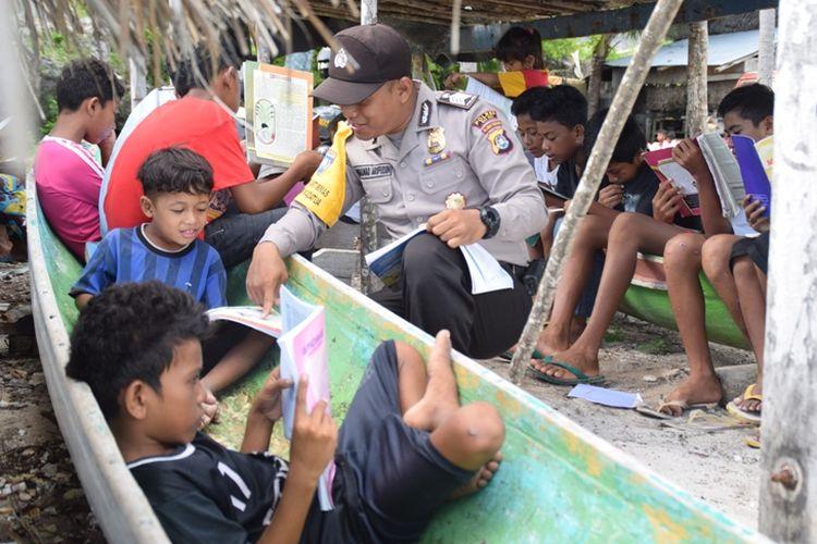 Berbekal sepeda motor dinas yang dimodifikasi, seorang anggota Bhabinkamtibmas, Bripka Muhamad Arifudin, menularkan semangat membaca kepada anak-anak nelayan di Desa Banabungi, Kecamatan Kadatua, Kabupaten Buton Selatan, Sulawesi Tenggara.