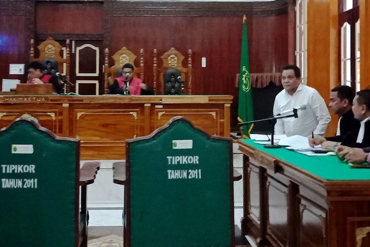 Terdakwa Kepala Dinas Pekerjaan Umum Kota Medan Isa Ansyari (kemeja putih) saat bersidang di Pengadilan Tipikor pada Pengadilan Negeri Medan, Senin (3/2/2020)