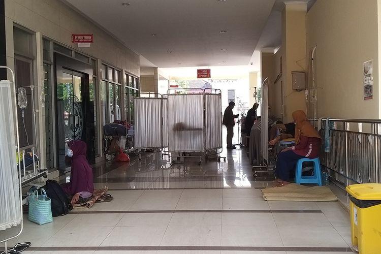 DIRAWAT—Membludaknya pasien covid-19 menjadikan manajemen RSUD dr. Soediran Mangun Sumarso memanfaatkan teras depan untuk merawat pasien covid-19.