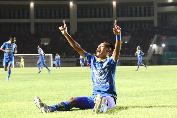Pemain Persib Bandung, Beckham Putra Nugraha merayakan golnya dalam laga uji coba Persis Solo vs Persib Bandung di Stadion Manahan, Sabtu (15/2/2020).