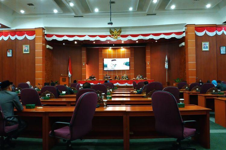 Hampir separuh anggota DPRD Kota Depok tak menghadiri agenda rapat paripurna hasil reses pada Jumat (21/2/2020).