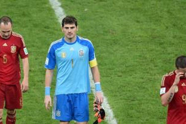 Wajah sedih para pemain Spanyol, Andres Iniesta (kiri), kiper sekaligus kapten Iker Casillas (tengah) dan striker Fernando Torres, setelah mereka takluk 0-2 dari Cile pada laga kedua penyisihan Grup B Piala Dunia 2014, Rabu (18/6/2014). Kekalahan ini memastikan Spanyol tersingkir.