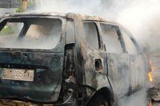 Sebuah Mobil Terbakar di Kembangan