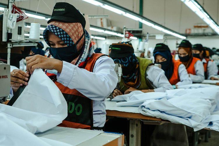 Para pekerja PT Eigerindo MPI tengah memproduksi Alat Pelindung Diri (APD) untuk dibagikan gratis kepada tenaga medis.