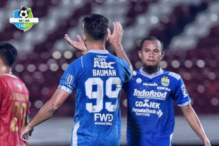 Supardi dan Jonathan Baumann merayakan gol pada laga Persib Bandung vs Barito Putera di Stadion I Wayan Dipta, 8 Desember 2018.