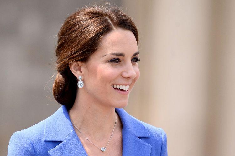 Kate Middleton tampil sederhana dengan sepasang anting dan kalung.