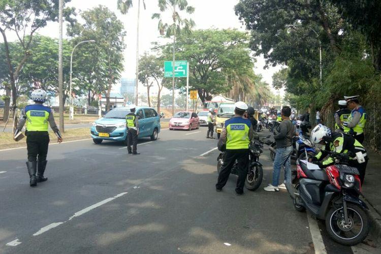 Kepolisian Tangerang Selatan menggelar operasi Patuh Jaya di Jalan Letnan Sutopo, BSD Serpong, Tangerang Selatan, Kamis (29/8/2019)