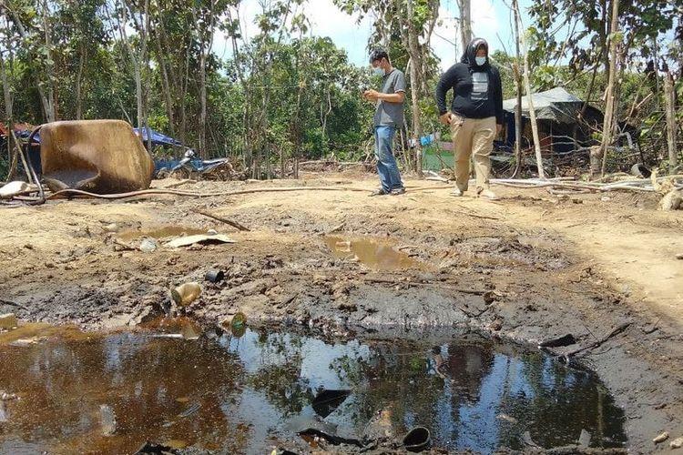 Penambangan minyak ilegal yang berada di Kecamatan Bayung Lencir, Kabupaten Musi Banyuasin (Muba), Sumatera Selatan ditutup pihak kepolisian setempat, rabu (28/4/2021).