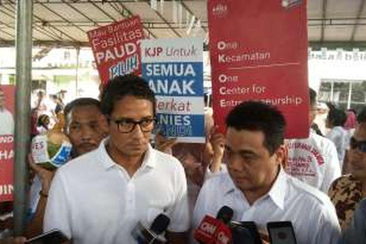 Calon wakil gubernur DKI Jakarta nomor tiga Sandiaga Uno (kiri) usai berkampanye di kawasan Palmerah, Jakarta Barat, Kamis (5/1/2017).