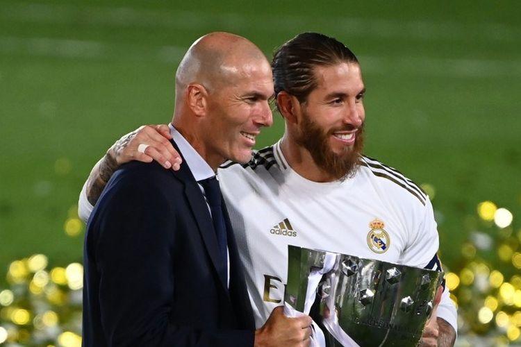 Pelatih Real Madrid, Zinedine Zidane, dan kapten Sergio Ramos berpose dengan trofi Liga Spanyol setelah laga Real Madrid vs Villarreal di Stadion Alfredo di Stefano pada Kamis (16/7/2020).