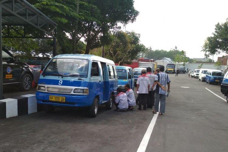Awak angkutan umum di Kota Magelang menolak keberadaan ojek online di Dinas Perhubungan Kota Magelang, Senin (31/7/2017).