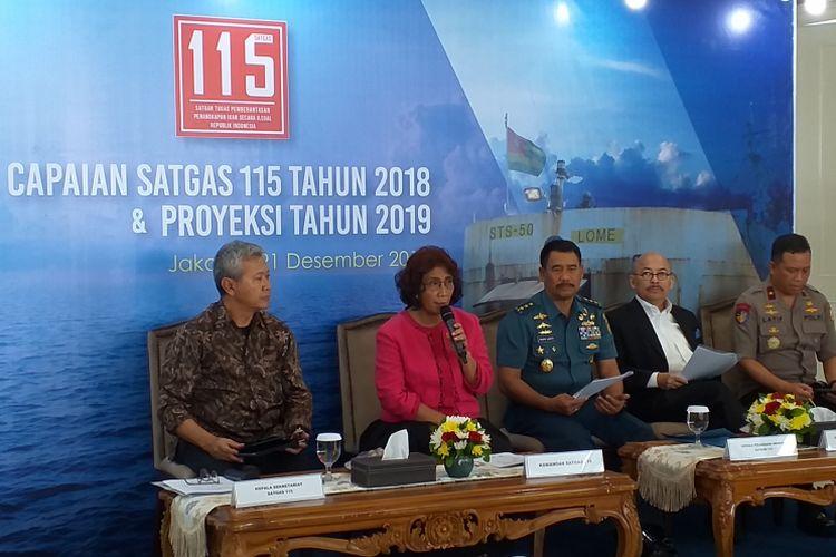 Menteri Kelautan dan Perikanan Susi Pudjiastuti bersama anggota Satgas 115 memaparkan kinerja penindakan hukum terhadap penangkapan ikan ilegal di kantor KKP, Jakarta, Jumat (21/12/2018).