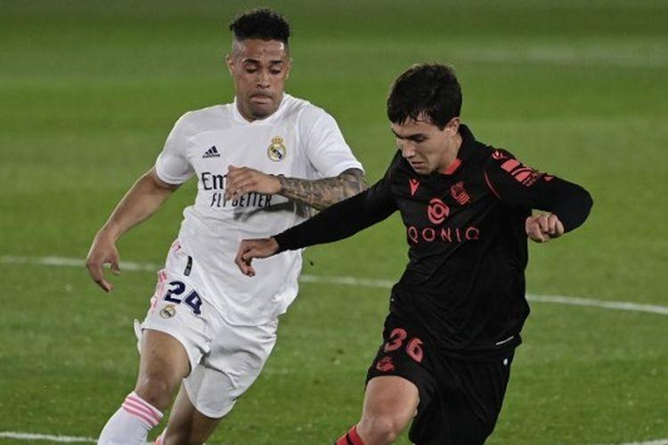 Mariano Diaz berebut bola dengan Martin Zubimendi dalam laga Real Madrid Vs Real Sociedad pada pekan ke-25 La Liga 2020-2021 yang digelar di Stadion Alfredo Di Stefano, Senin (1/3/2021) malam waktu setempat.