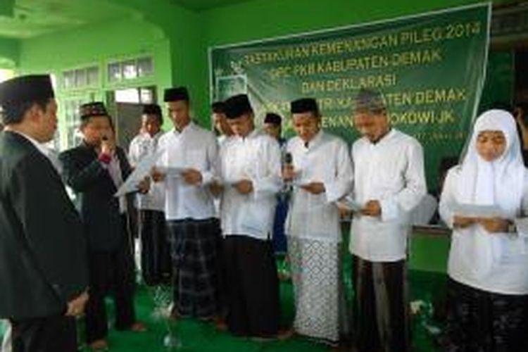 Para santri membacakan ikrar dukungan saat deklarasi Laskar Santri di kantor DPC PKB Demak, Jawa Timur, Sabtu (7/6/2014)