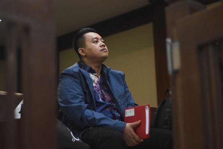 Terdakwa asisten mantan Menteri Pemuda dan Olahraga Imam Nahrawi, Miftahul Ulum menunggu dimulainya sidang lanjutan kasus suap penyaluran pembiayaan skema bantuan pemerintah melalui Kemenpora kepada KONI di Pengadilan Tipikor, Jakarta, Kamis (20/2/2020). Sidang beragenda pemeriksaan lima orang saksi yang dihadirkan JPU KPK. ANTARA FOTO/Indrianto Eko Suwarso/aww.