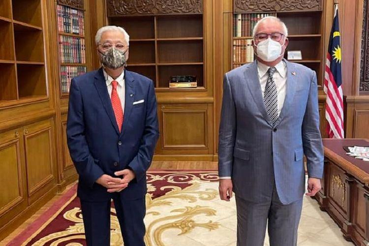 El primer ministro de Malasia, Ismail Sabri Yacoub (izquierda), se reúne con su predecesor, el ex primer ministro Najib Razak.