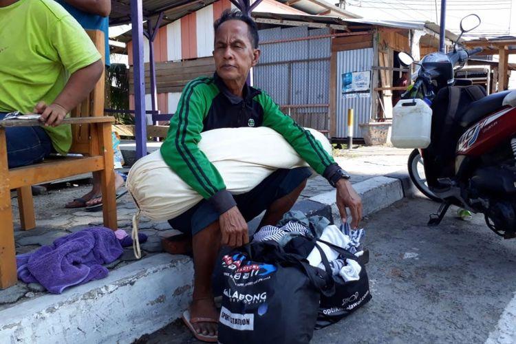 Arifin mencari cucunya, Aulia yang hilang pasca-gempa dan diikuti tsunami di Palu.