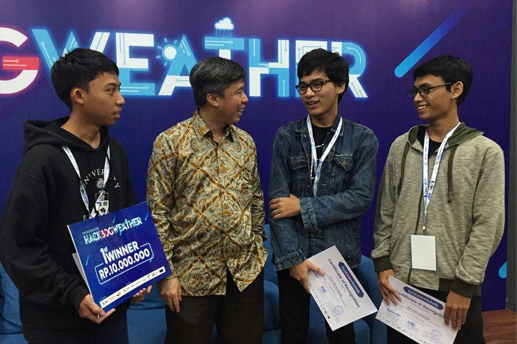 Tim Permanent Betadev, juara I kompetisi Hackathon 2019: HACKBDGWEATHER, bersama Dani Sumarsono selaku CEO CBN (kedua dari kiri)