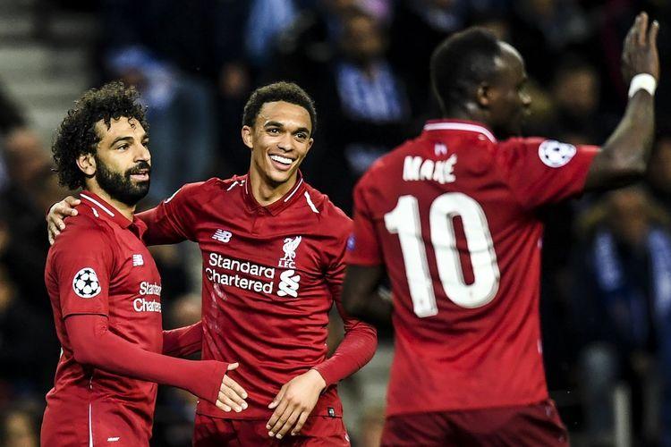 Penyerang Liverpool, Mohamed Salah (kiri) melakukan selebrasi usai mencetak gol ke gawang FC Porto pada laga leg kedua perempat final di Stadion Dragao, Kamis (17/4/2019).