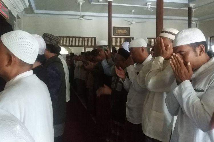 kegiatan shalat ghaib FPI NTB untuk 6 orang laskar pembela Islam yang meninggal di Tol Cikampek